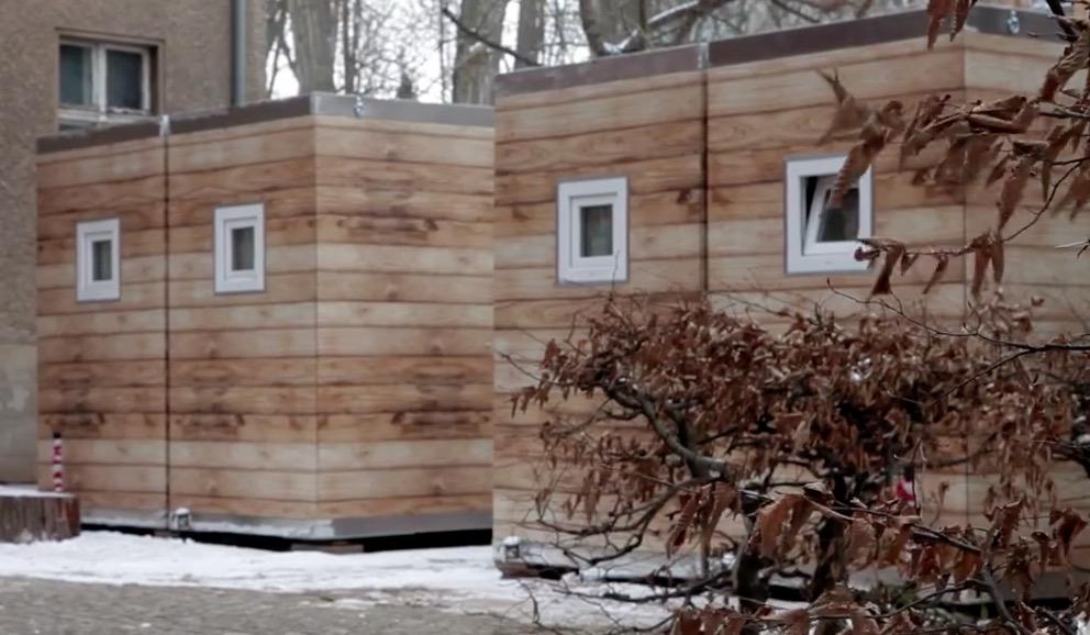 Kältehilfe-Projekt in Berlin-Friedrichshain: Ab 1. November bieten 8 Lodges Wohnungslosen ein Dach über dem Kopf und ein bisschen Privatsphäre und Heimatgefühl.