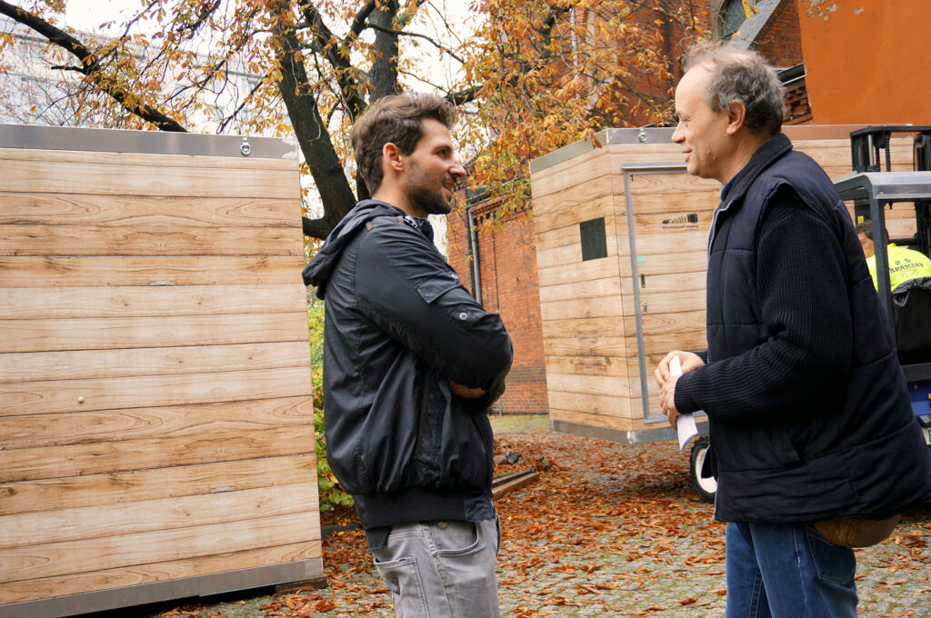 Nico Marotz (My Molo) and Deacon Wolfgang Willsch are talking about the winter shelter project.